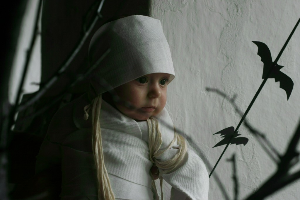 http://momfatale.gr/ halloween 2012 baby in mummy diy costume