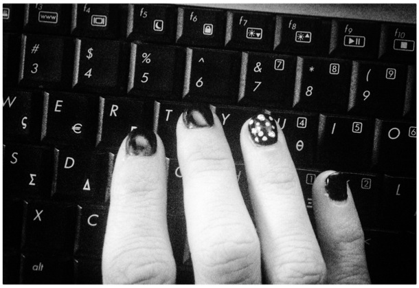 black nails on momfatale.gr