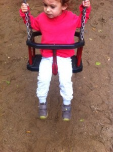 μωρό στην κούνια baby swinging