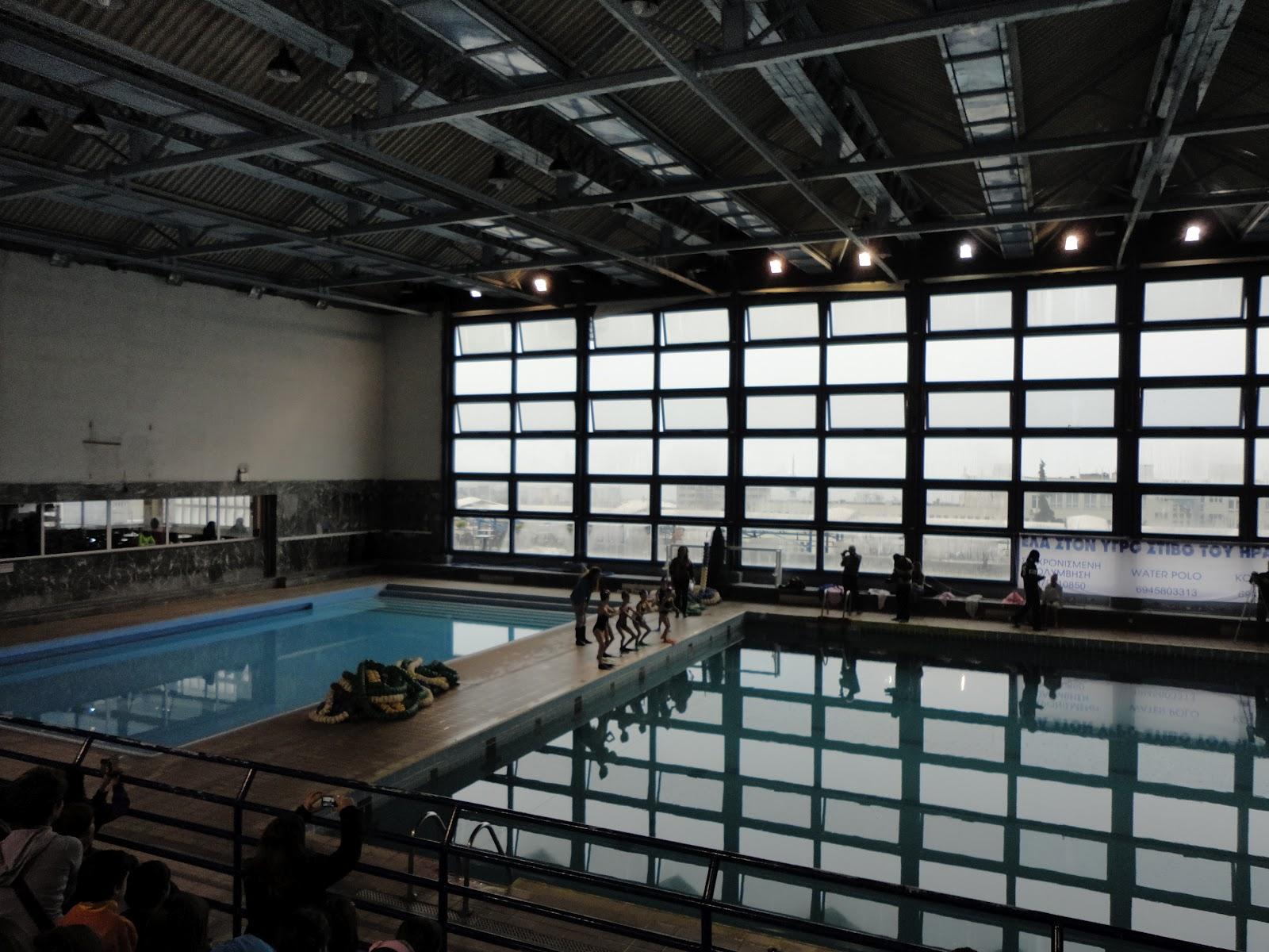 στα αριστερά, η παιδική πισίνα
