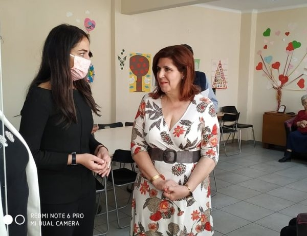 Από την επίσκεψη της υφυπουργού Εργασίας και Κοινωνικών Υποθέσεων, αρμόδιας για θέματα πρόνοιας και κοινωνικής αλληλεγγύης, Δόμνα Μιχαηλίδου.  Την υποδέχεται η Πρόεδρος της ΚΕΔΗΘ και Δημοτική Σύμβουλος, κυρία Ιωάννα Κοσμοπούλου.