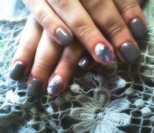 momfatale.gr manicure gray