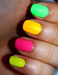 neon-manicure-a-striking-contrast